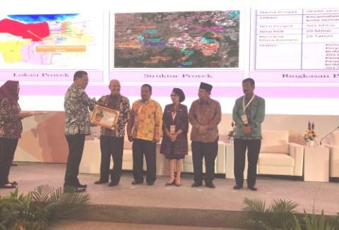 "Walikota Medan menerima Penyerahan Award pada acara PLENARY SESSION ""A New Way, A New Opportunity"""